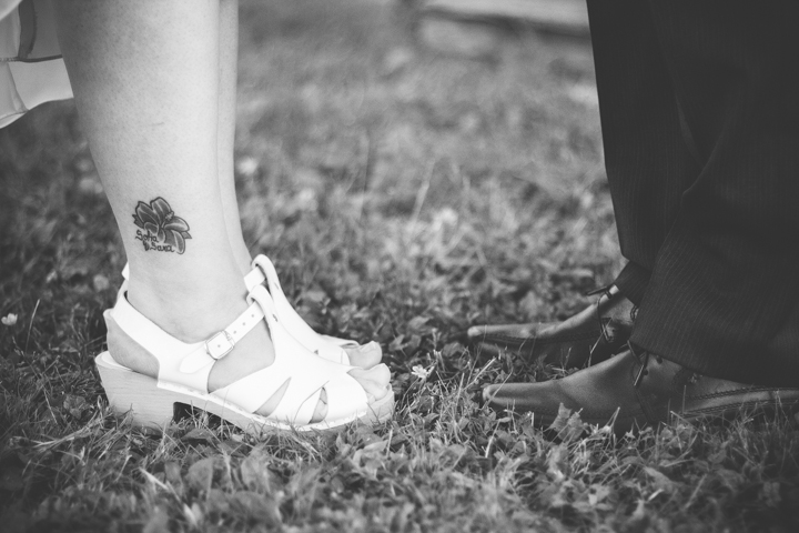 Bröllopsskor i gräs